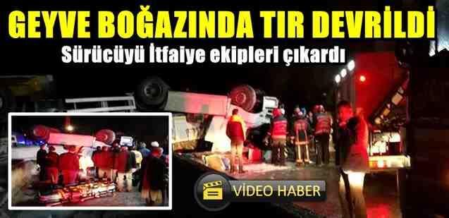 Geyve Boğazı Beşiktaş Deresi Mevkiinde Tır Devrildi