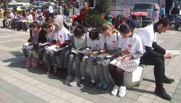 Cumhuriyet Meydanında Kitap Okudular