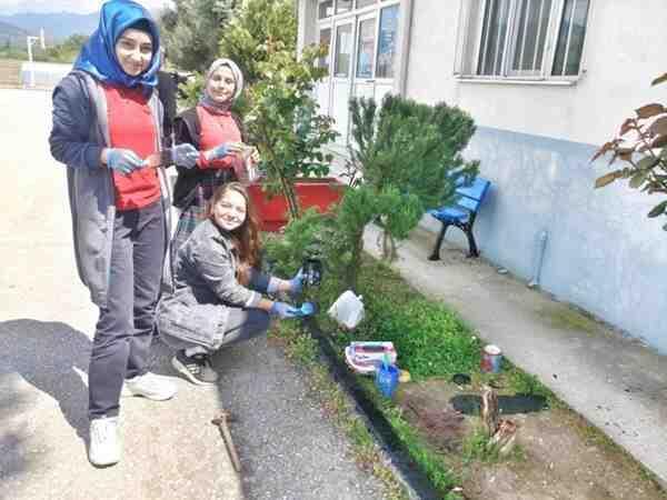 Okul bahçesini düzenlediler