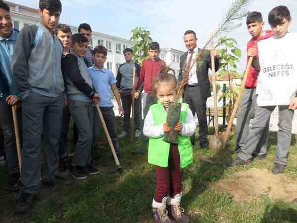 """Geyve'deki okullar da """"11 milyon fidan dikimi"""" etkinliğine katıldı."""
