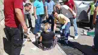 Sakarya'nin Geyve ilcesinde dugune gidenlerin icinde bulundugu otomobilin menfeze carparak devrilmesi sonucu 1 kisi oldu. 3 kisi yaralandi